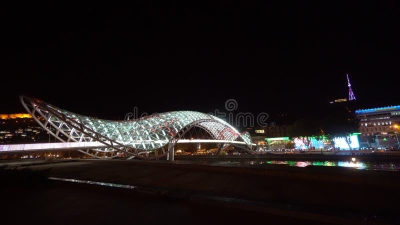 和平桥梁在第比利斯,乔治亚在晚上 库存图片