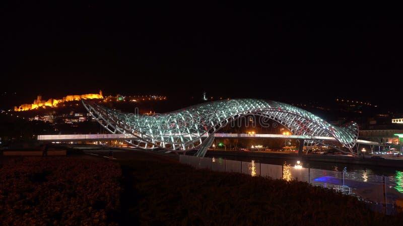 和平桥梁在第比利斯,乔治亚在晚上 免版税库存图片