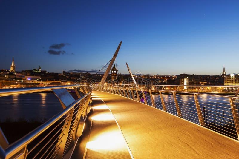 和平桥梁在Derry 免版税库存照片
