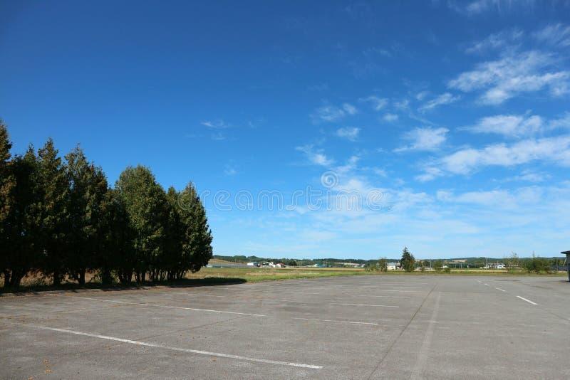 和平汽车停车处,停车场在清楚的蓝天下 免版税库存照片