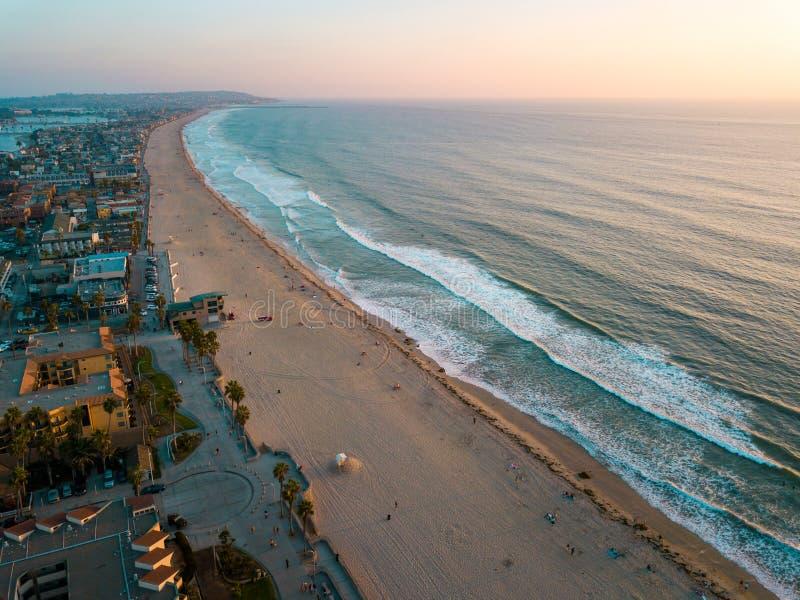 和平的海滩和周围的使命在圣地亚哥加利福尼亚咆哮 免版税库存图片