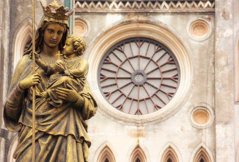 和平雕象的雷日纳Pacis女王/王后在圣约瑟夫` s大教堂,河内,越南前面的 圣约瑟夫` s大教堂Neogothic 库存图片