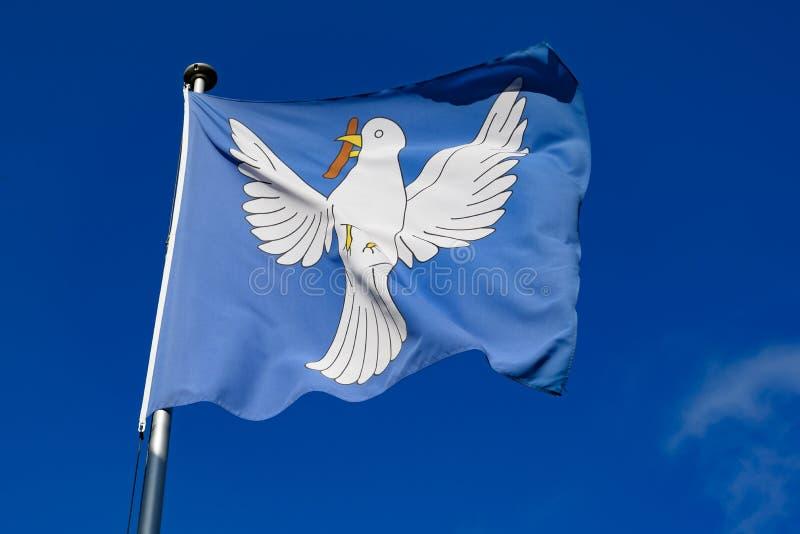 和平鸠-潜水在旗子的和平吹在风 免版税库存照片