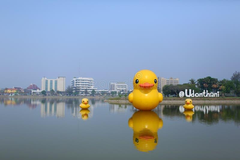 和平黄色鸭子在Nong Prajak公园的有乌隆他尼医院背景 图库摄影