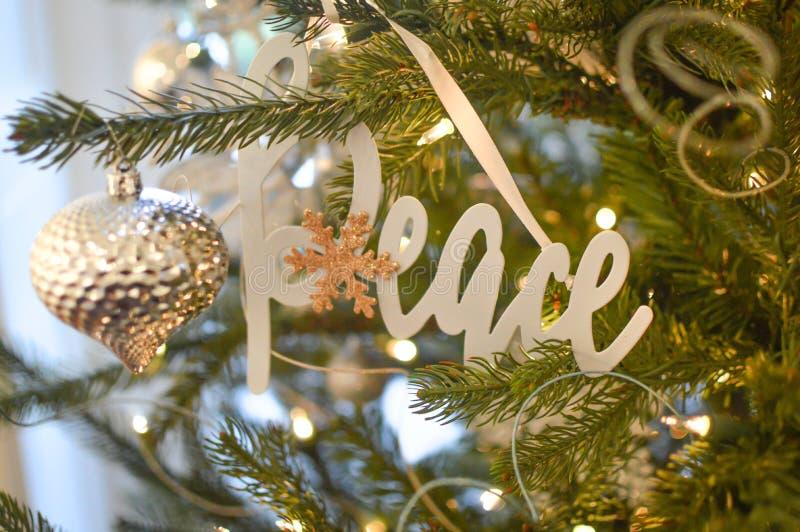 和平-银色圣诞树装饰品-装饰 免版税图库摄影