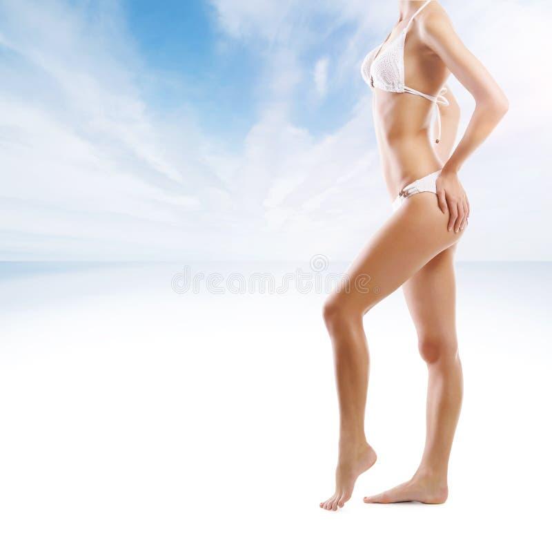 年轻和性感的妇女的美好的身体海滩的 免版税库存图片