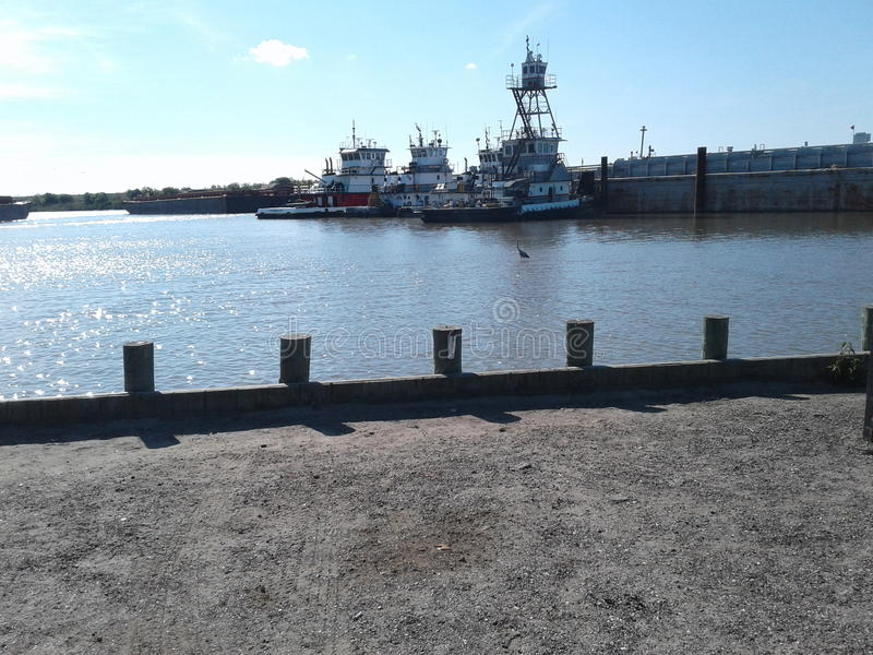 水和拖轮和驳船 免版税图库摄影