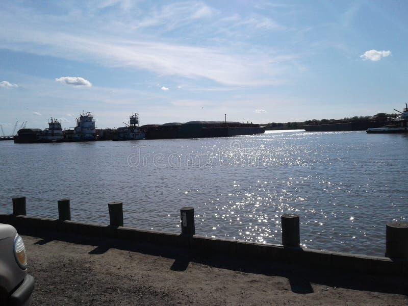 水和拖轮和驳船 库存照片