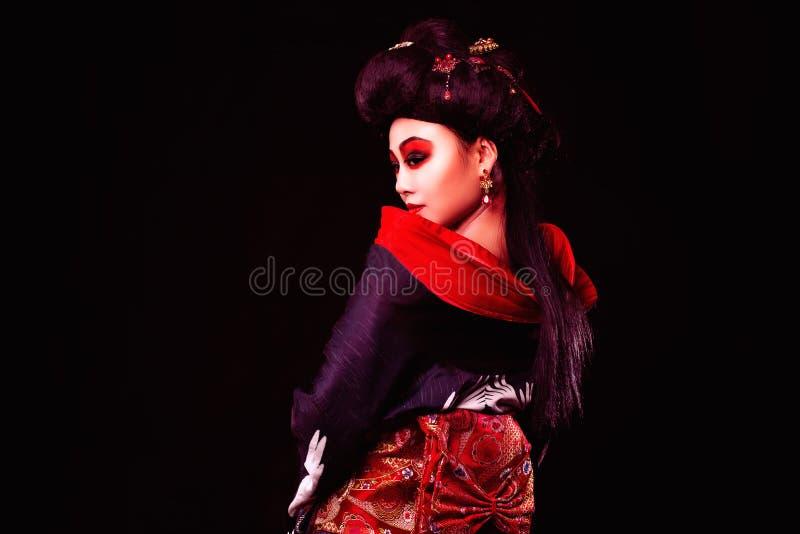 和服的美丽的日本女孩 免版税库存照片