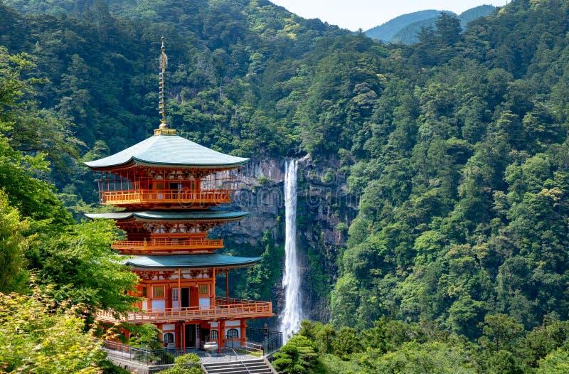 和歌山, JAPAN-MAY第19, 2018年 Seiganto籍寺庙和Nachi秋天塔  库存照片