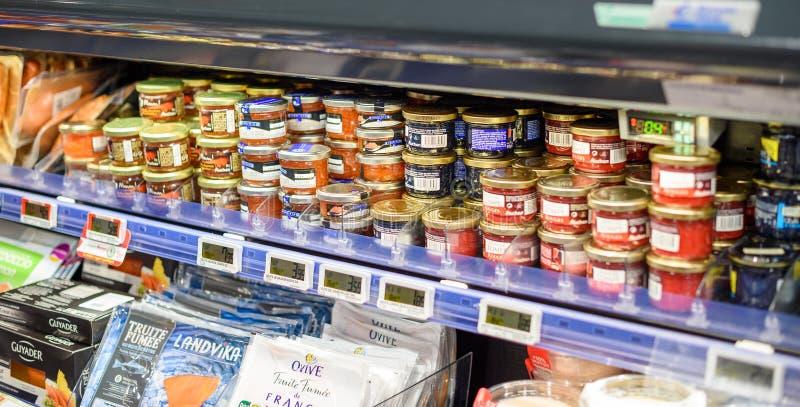 黑和红色鱼子酱的大选择在Frenhc超级市场 图库摄影