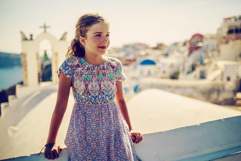 年轻和美丽的女孩画象在Oia 库存照片