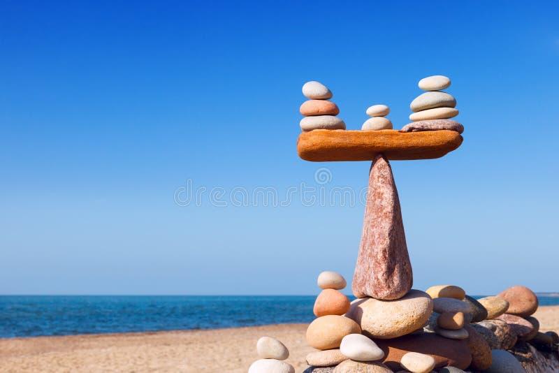 和谐和平衡的概念 反对海的平衡石头 免版税图库摄影