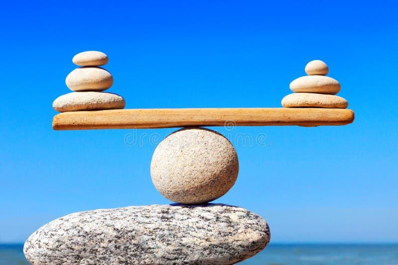 和谐和平衡的概念 反对海的平衡石头 库存图片