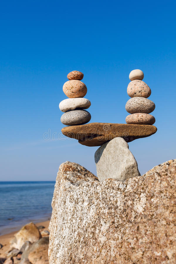 和谐和平衡的概念 平衡和世故石头agains 免版税库存图片