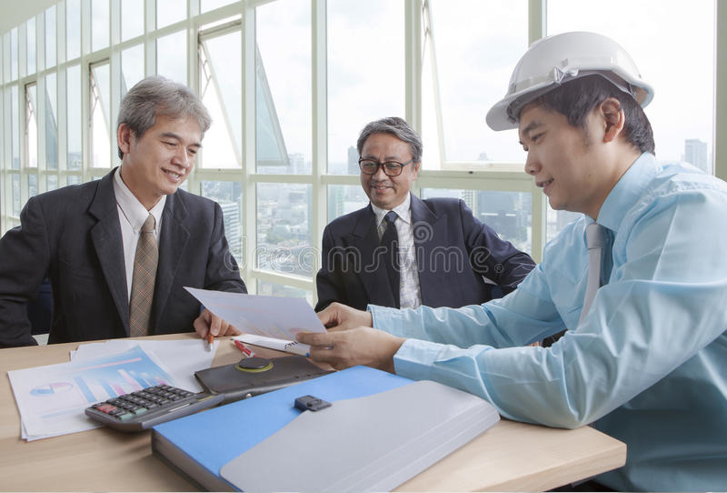 年轻和资深工程学人项目会议队在工作 库存照片