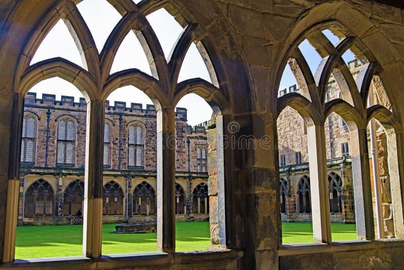 和通过修道院看法,在达勒姆座堂地面里面 免版税库存图片