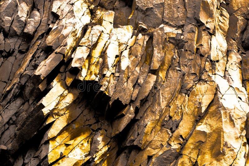黑和金银铜合金岩石背景 免版税库存图片