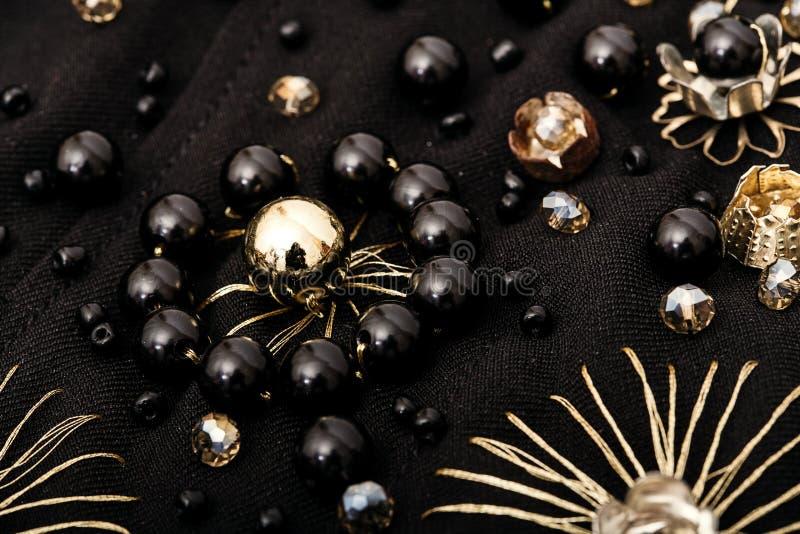 黑和金黄花刺绣在织品的 免版税库存图片