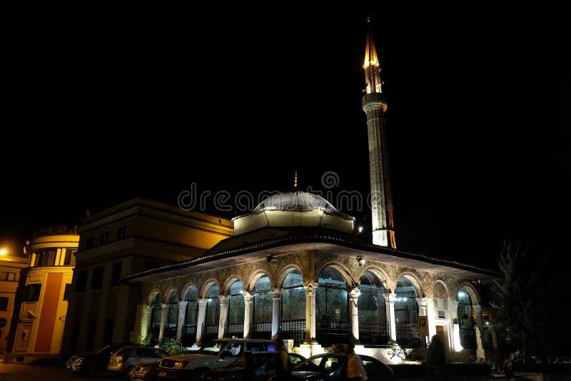 和`吊边土侯清真寺在斯甘德伯广场,地拉纳的晚上 免版税库存图片