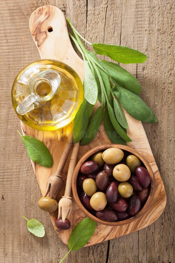黑和绿色用卤汁泡的橄榄油贤哲叶子 免版税库存照片