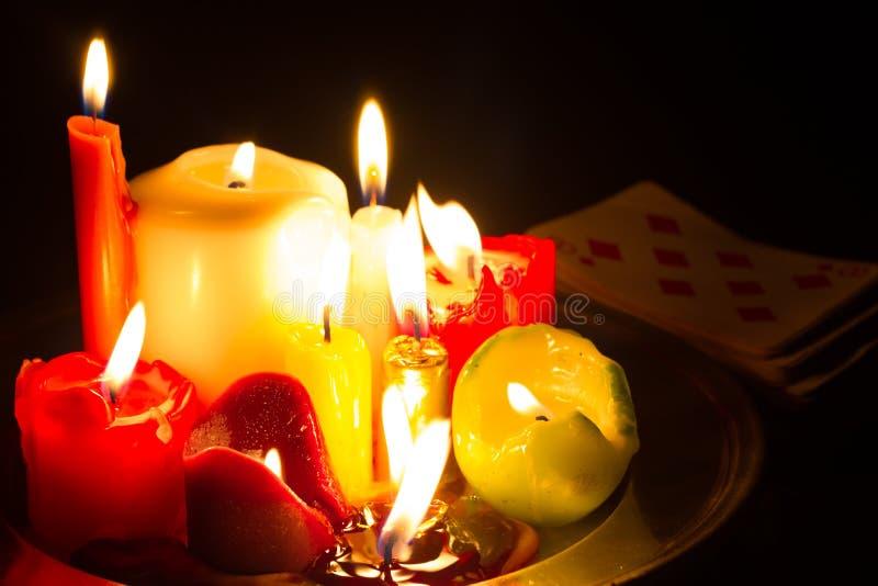咒语预兆和不可思议的抽象背景与蜡烛在夜 图库摄影