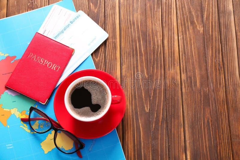 咖啡、护照和世界地图在木桌上 r 库存照片