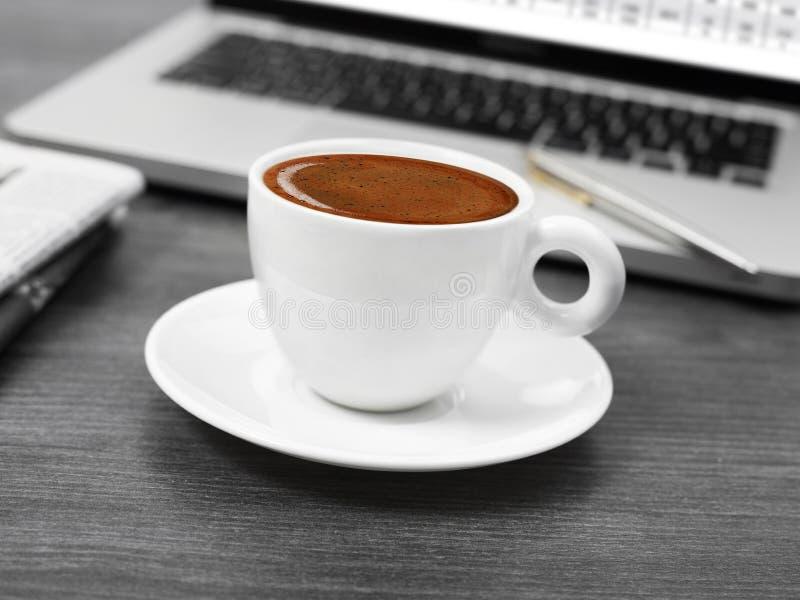 咖啡、报纸和膝上型计算机 库存照片