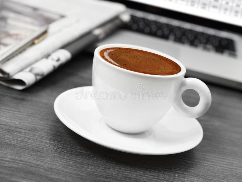 咖啡、报纸和膝上型计算机 免版税库存照片
