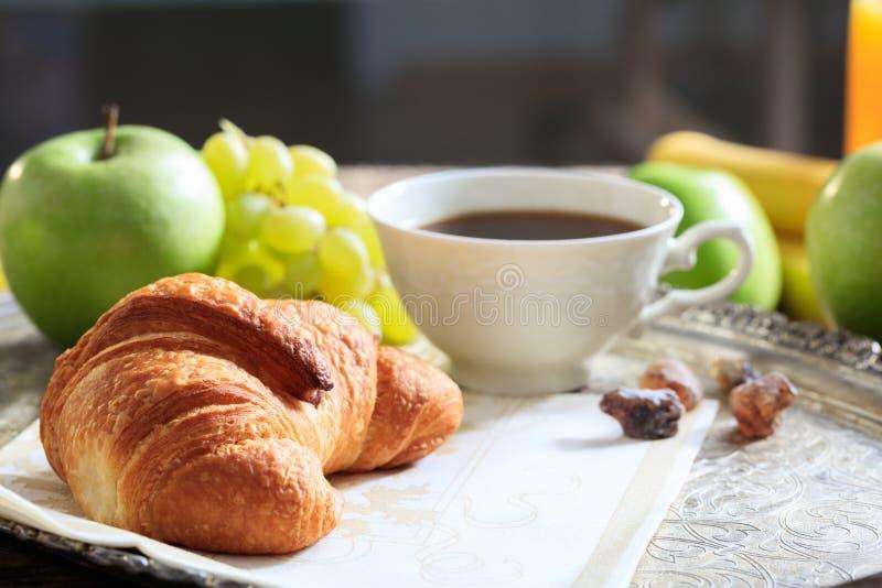 咖啡、新月形面包和新鲜水果 库存照片