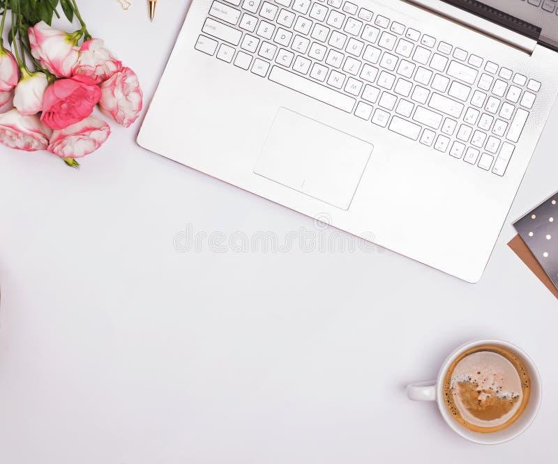 咖啡、新月形面包在盘子,花和小辅助部件在白色桌,顶视图上 图库摄影