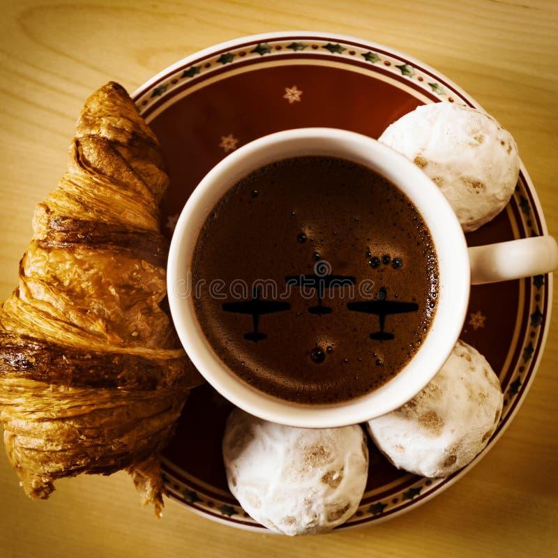咖啡、曲奇饼、一个新月形面包和圣诞节开花 库存照片