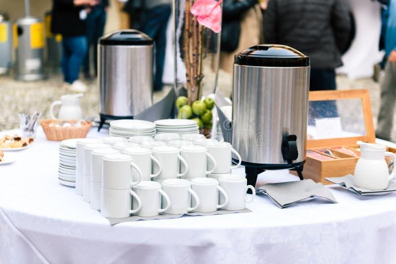 咖啡、杯子在承办酒席桌上在会议或婚礼宴会 库存图片