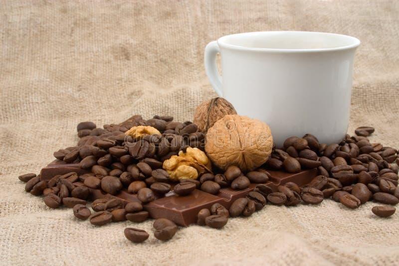 咖啡、核桃、咖啡豆和巧克力 免版税库存图片