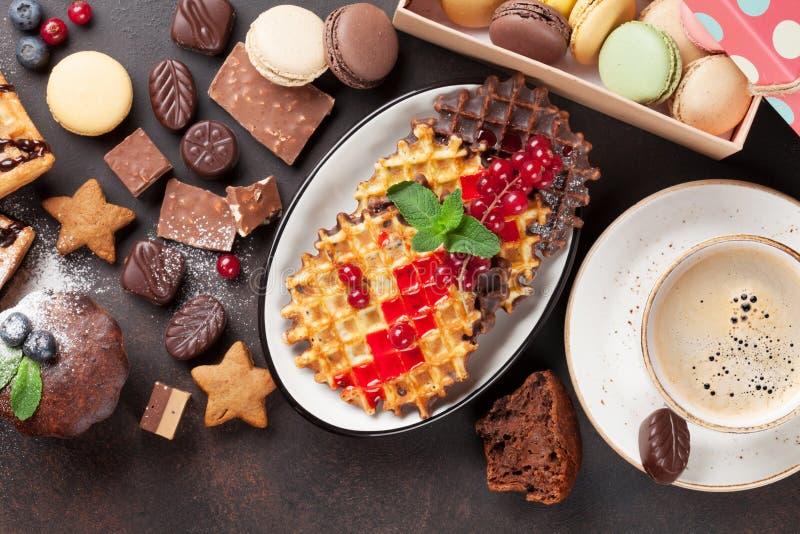 咖啡、甜点和奶蛋烘饼用莓果 免版税图库摄影