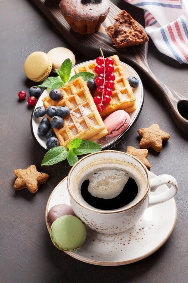 咖啡、甜点和奶蛋烘饼 免版税库存照片