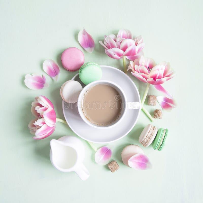 咖啡与五颜六色的macaron或蛋白杏仁饼干蛋糕的 免版税库存照片