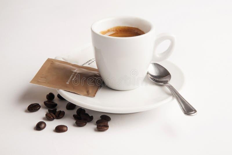 咖啡与匙子、糖和咖啡豆的 图库摄影