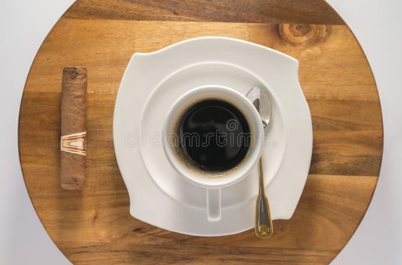 咖啡与古巴雪茄的从上面 库存图片