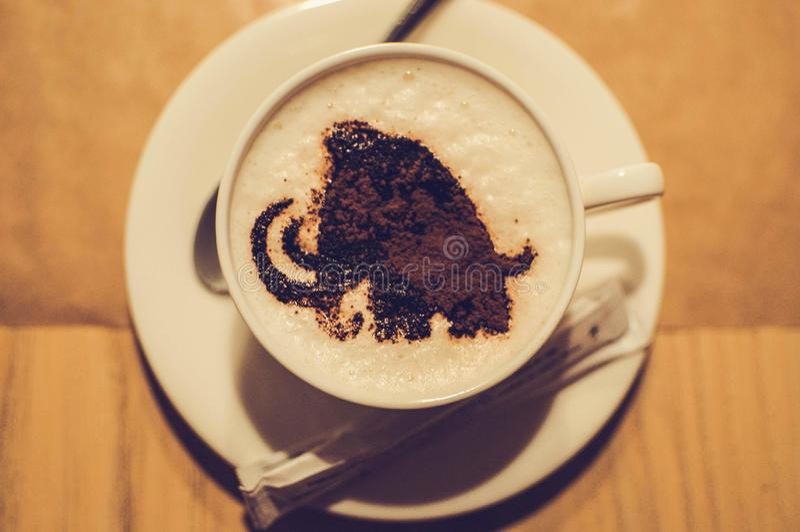 咖啡与声势浩大的图象泡沫的在咖啡馆的 免版税库存图片