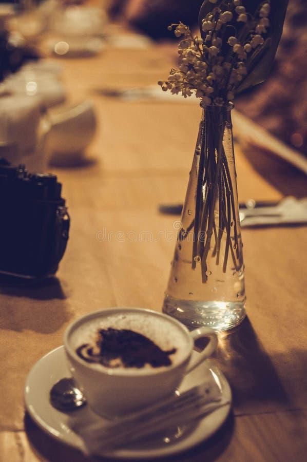 咖啡与声势浩大的图象泡沫的在咖啡馆的 库存图片