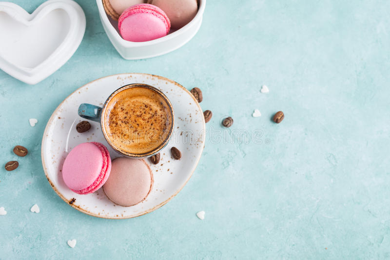 咖啡与泡沫和蛋白杏仁饼干的 可口的早餐 库存照片
