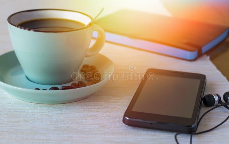 咖啡与电话和笔记本的 早晨镇静概念 图库摄影