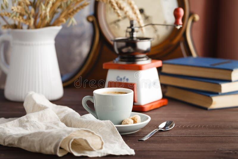 咖啡与茶碟的有袋子的用在黑色的咖啡豆 库存照片