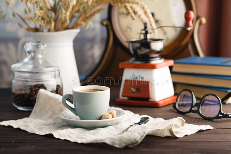 咖啡与茶碟的有袋子的用在黑色的咖啡豆 免版税库存图片