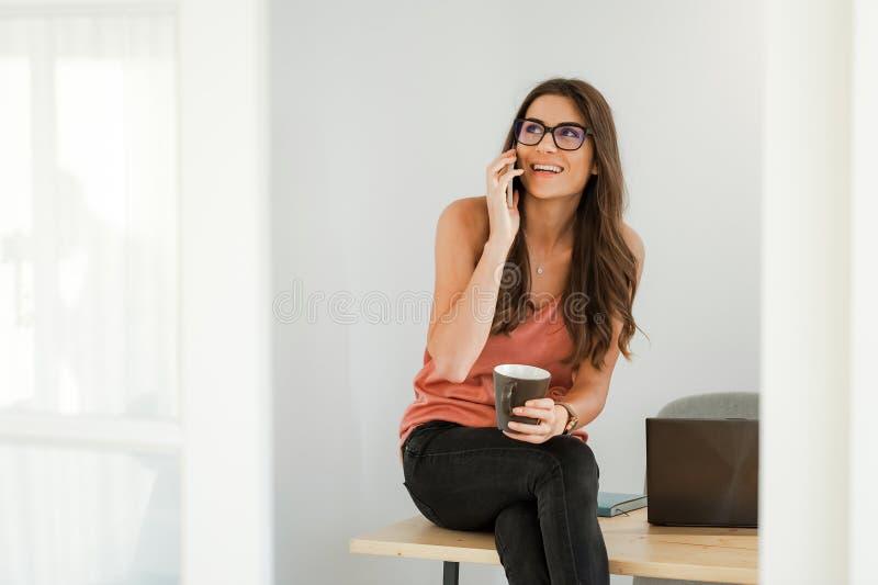 家庭成人_咖啡休息在家庭办公室