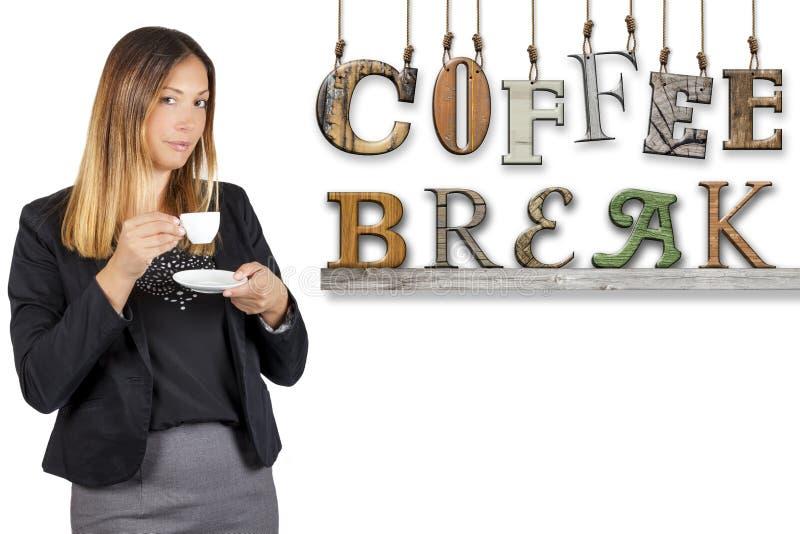 咖啡休息文本词女商人饮用的咖啡 工作停留 免版税图库摄影