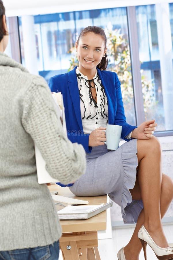 咖啡休息的可爱的女勤杂工 图库摄影