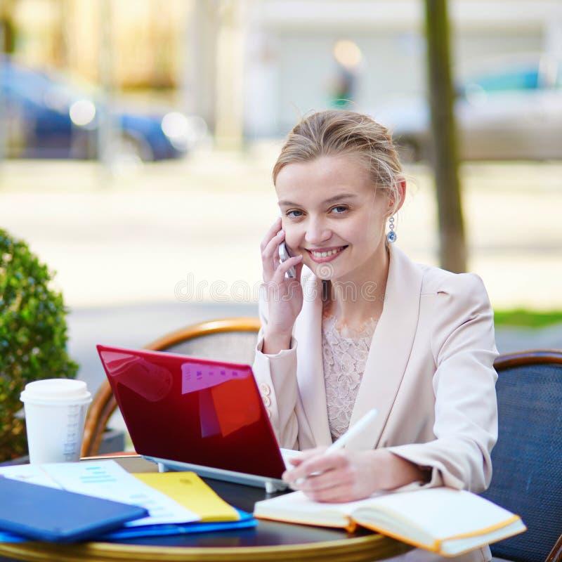咖啡休息的年轻女实业家 库存图片