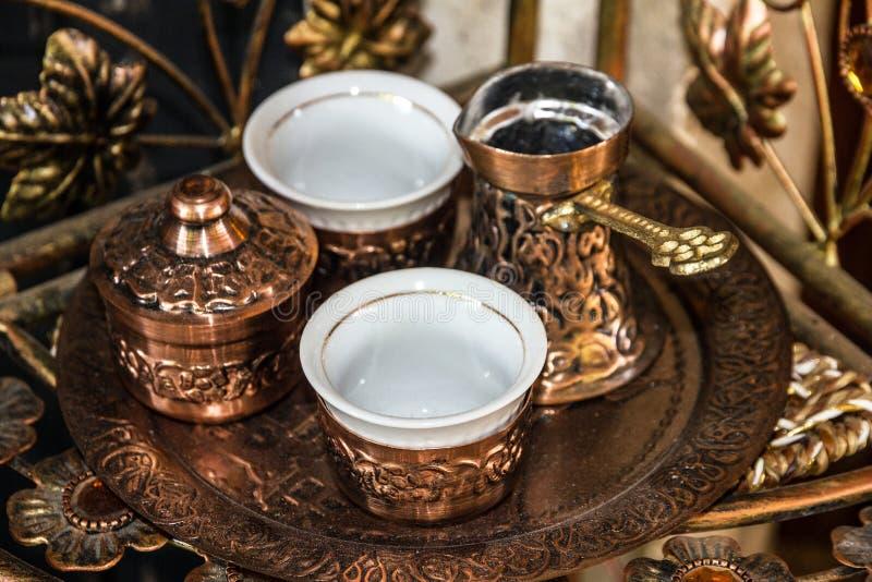 咖啡传统阿拉伯餐桌装饰品-土耳其人和杯子 图库摄影